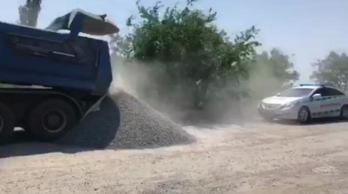 Не захотел взвешиваться. На Николаевщине водитель самосвала высыпал тонн...