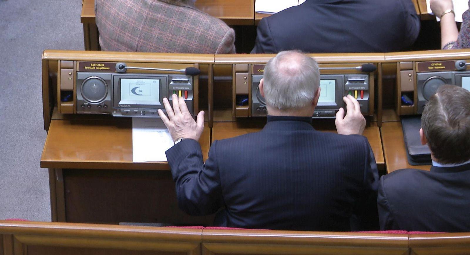Зеленский тянется к кнопке. Как запретить депутатам голосовать за себя и...