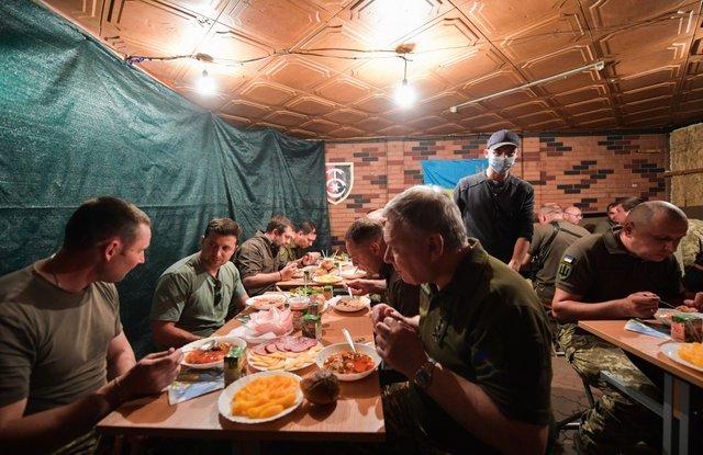 Первое, второе и компот. Зеленскому понравилось, как кормят военных в зо...