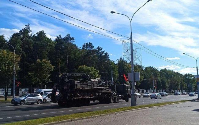 В центр Минска стягивают военную технику