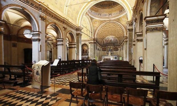 Без святой воды и рукопожатий. Итальянские церкви усиливают меры безопас...