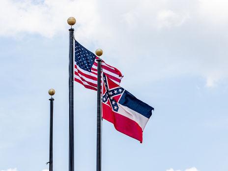 Протесты в США: власти Миссисипи решили убрать с флага штата символику К...