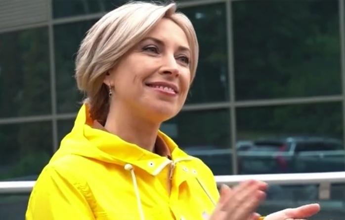 Новый ролик Верещук: кандидат в мэры в желтом дождевике преследует молод...