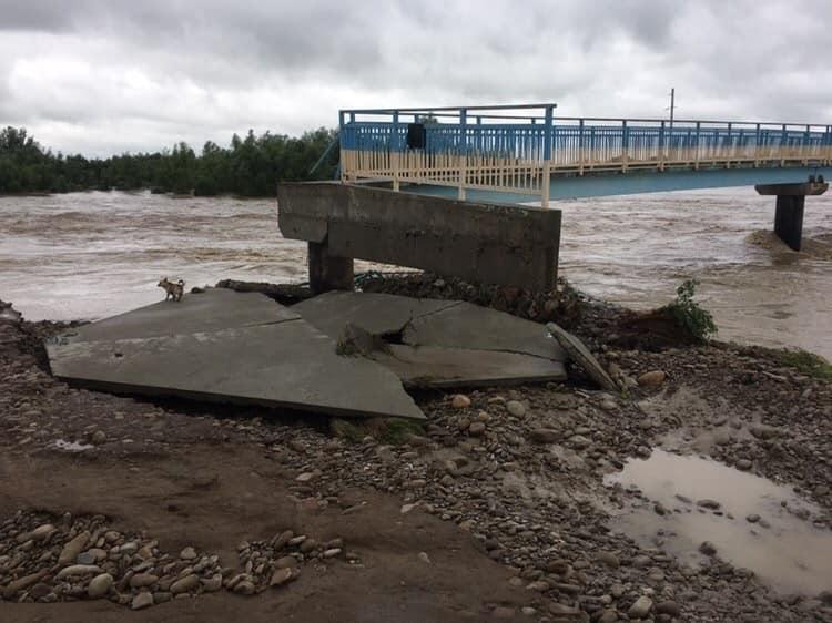 Возле Калуша река разрушила мост, который строили 7 лет после наводнения...