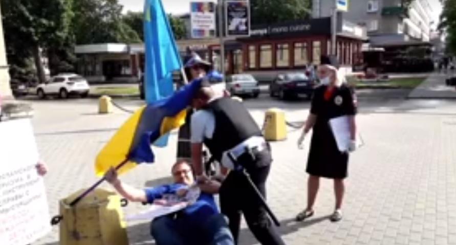 В РФ активист сбил с полицейского кепку, упав при задержании: его обвини...