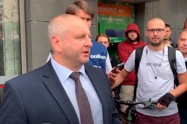 Мэр белорусского города Жодино вышел к людям и пообещал убрать ОМОН