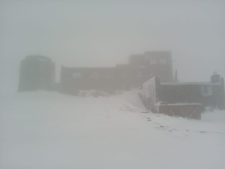 Гору Поп Иван в Карпатах засыпало снегом в первый день лета