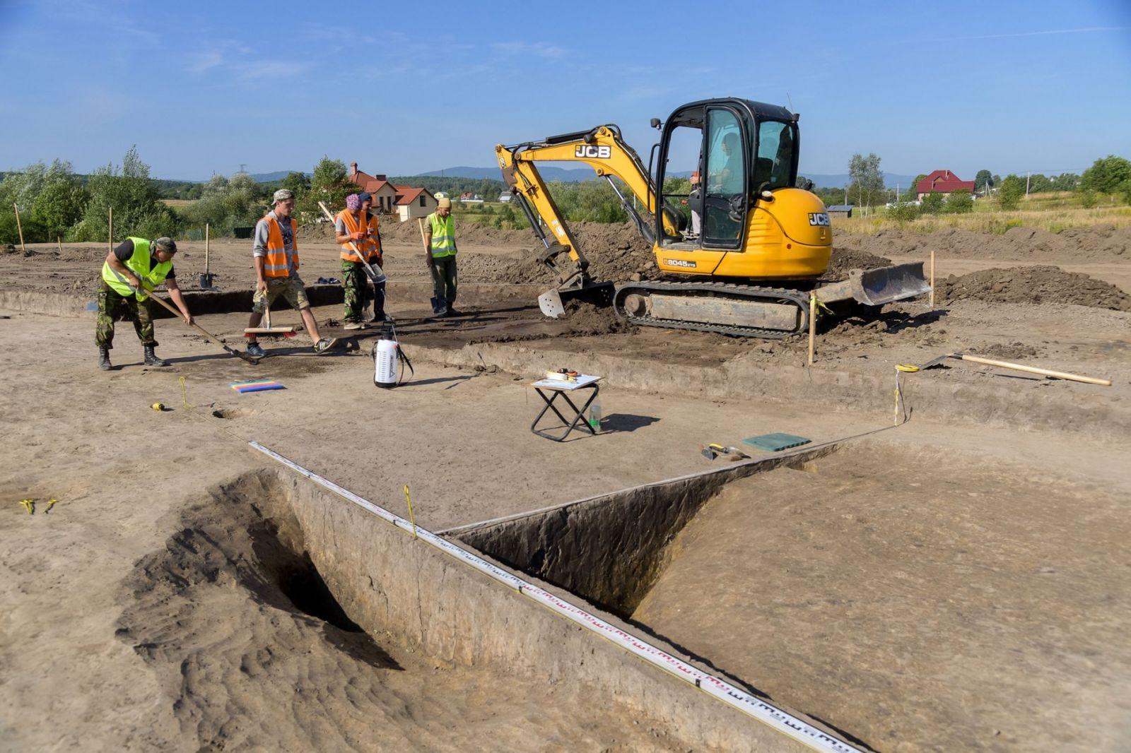 Под Трускавцом дорожные строители нашли следы древней культуры старше Тр...