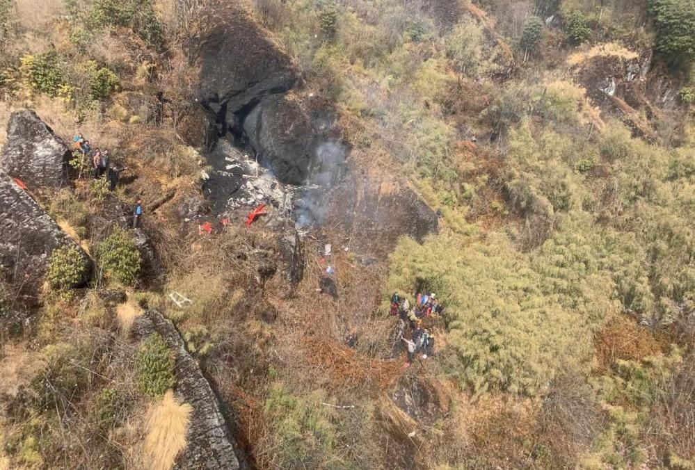 Министр туризма Непала разбился на вертолете в Гималаях