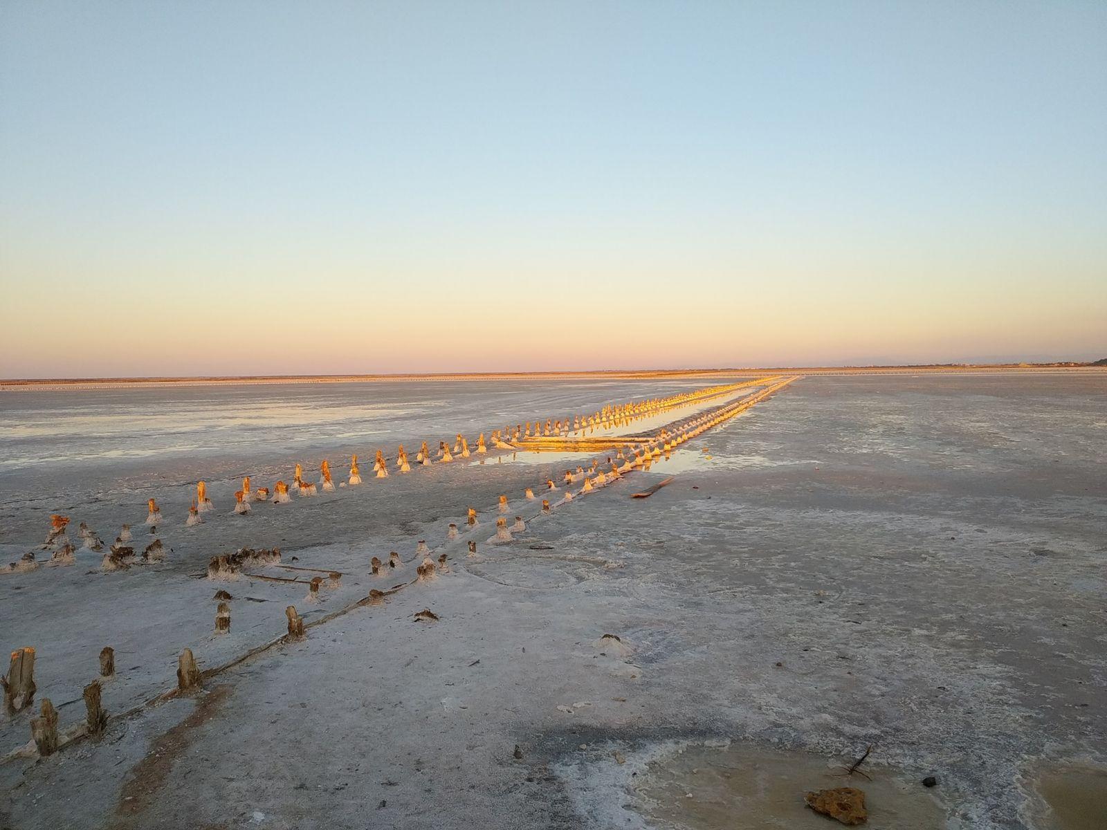 В Крыму добыча песка высушила живописное розовое озеро