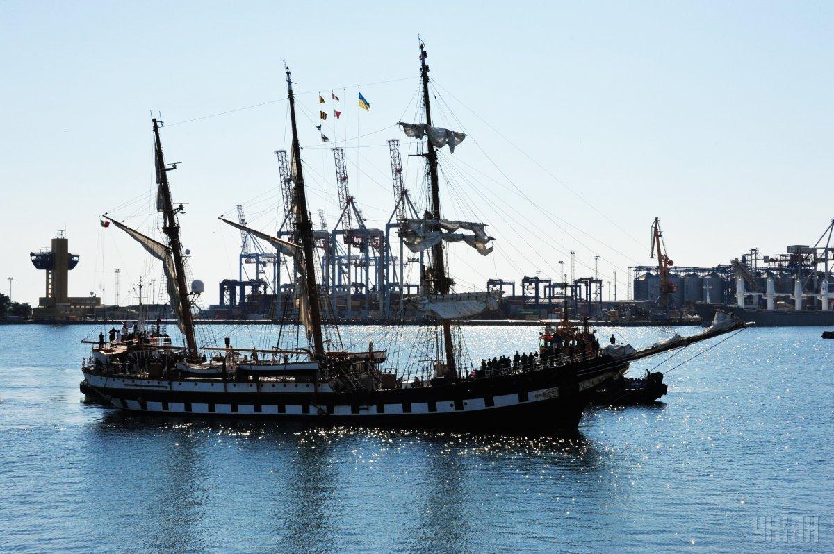 Итальянский парусник в порту Одессы сняли с высоты птичьего полета