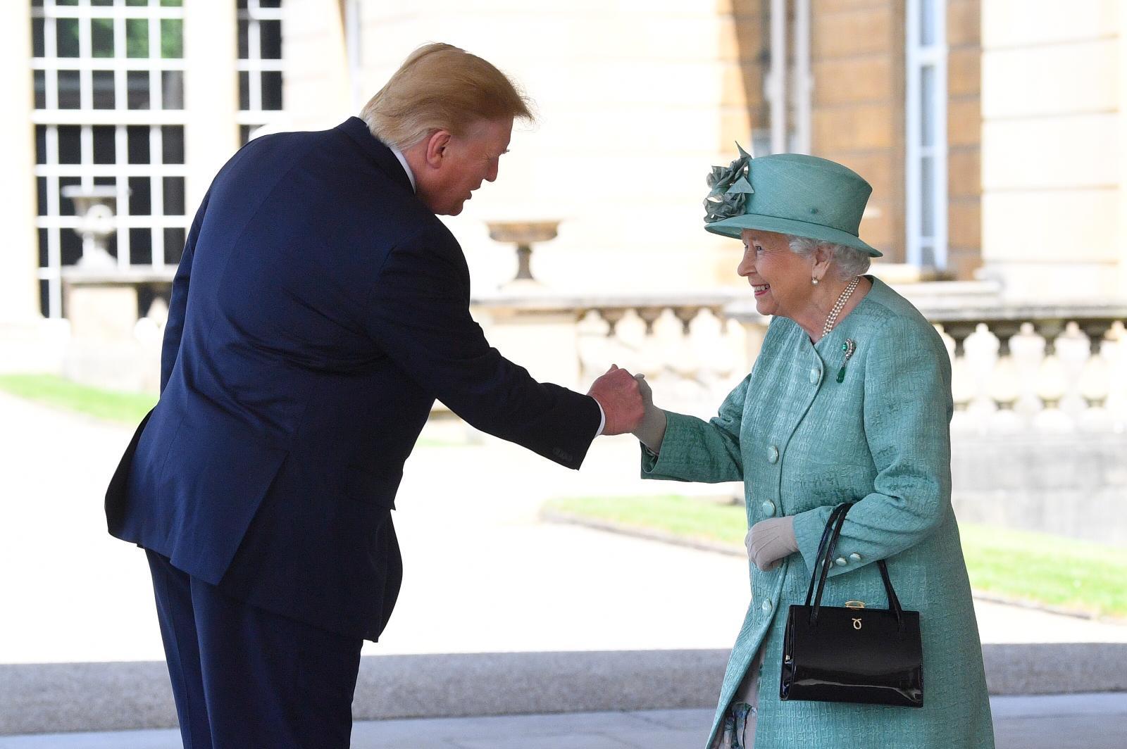 Не хотела приходить: Шэрон Стоун высмеяла встречу Елизаветы II с Дональд...