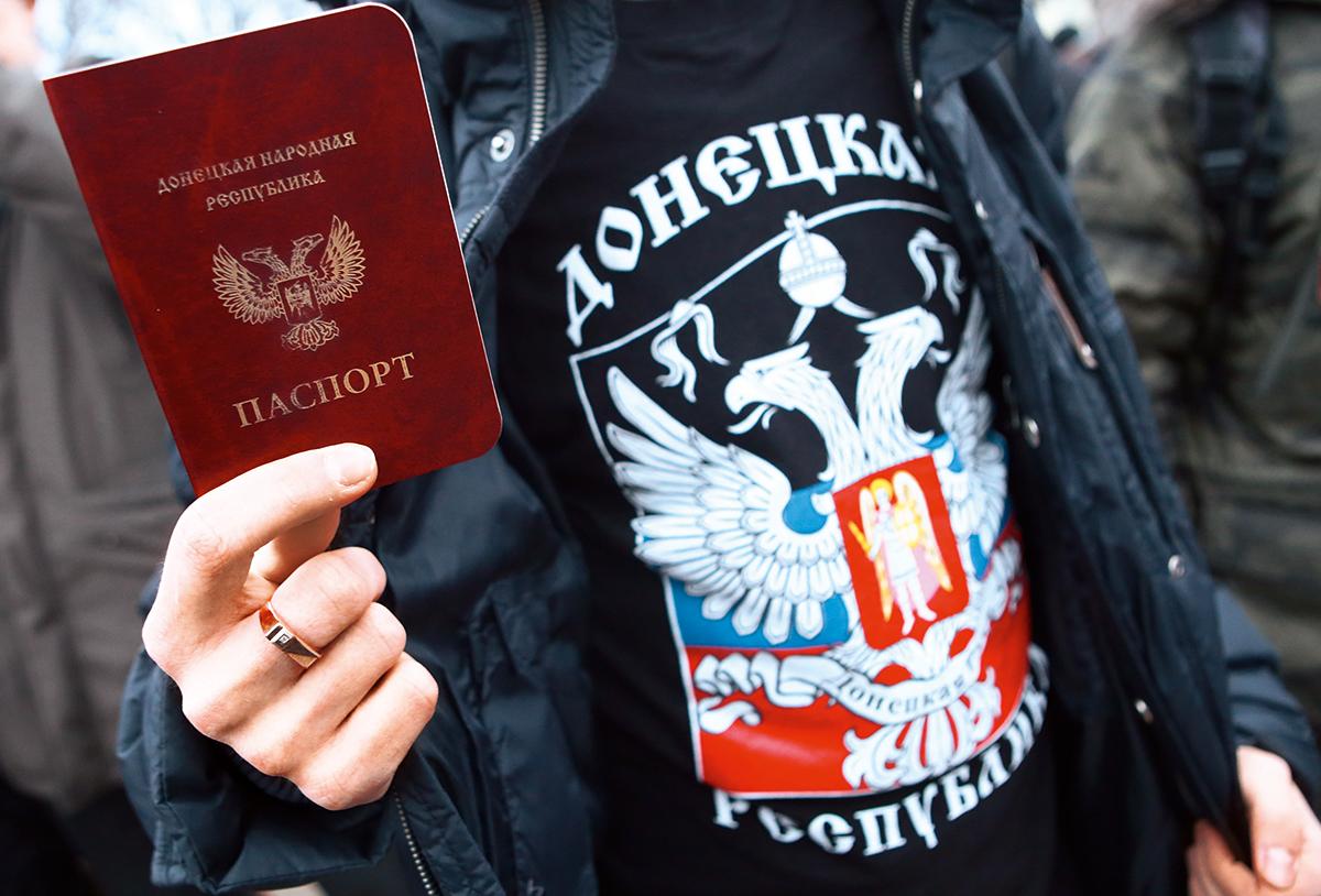 """Операция """"паспортизация"""". Зачем Россия выдает документы жителям Донбасса"""