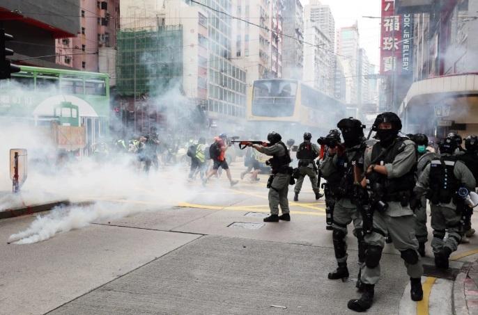 Зонтики и слезоточивый газ: в Гонконге возобновились массовые протесты
