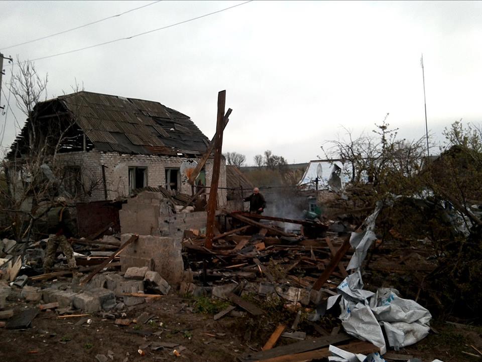 В штабе АТО показали последствия артиллерийского обстрела села на Донбас...