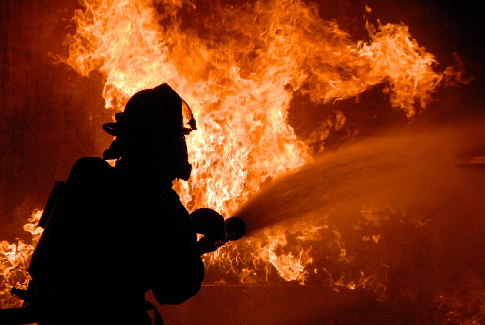 В Киеве начался сильный пожар в районе Дарницкой ТЭЦ (обновлено)