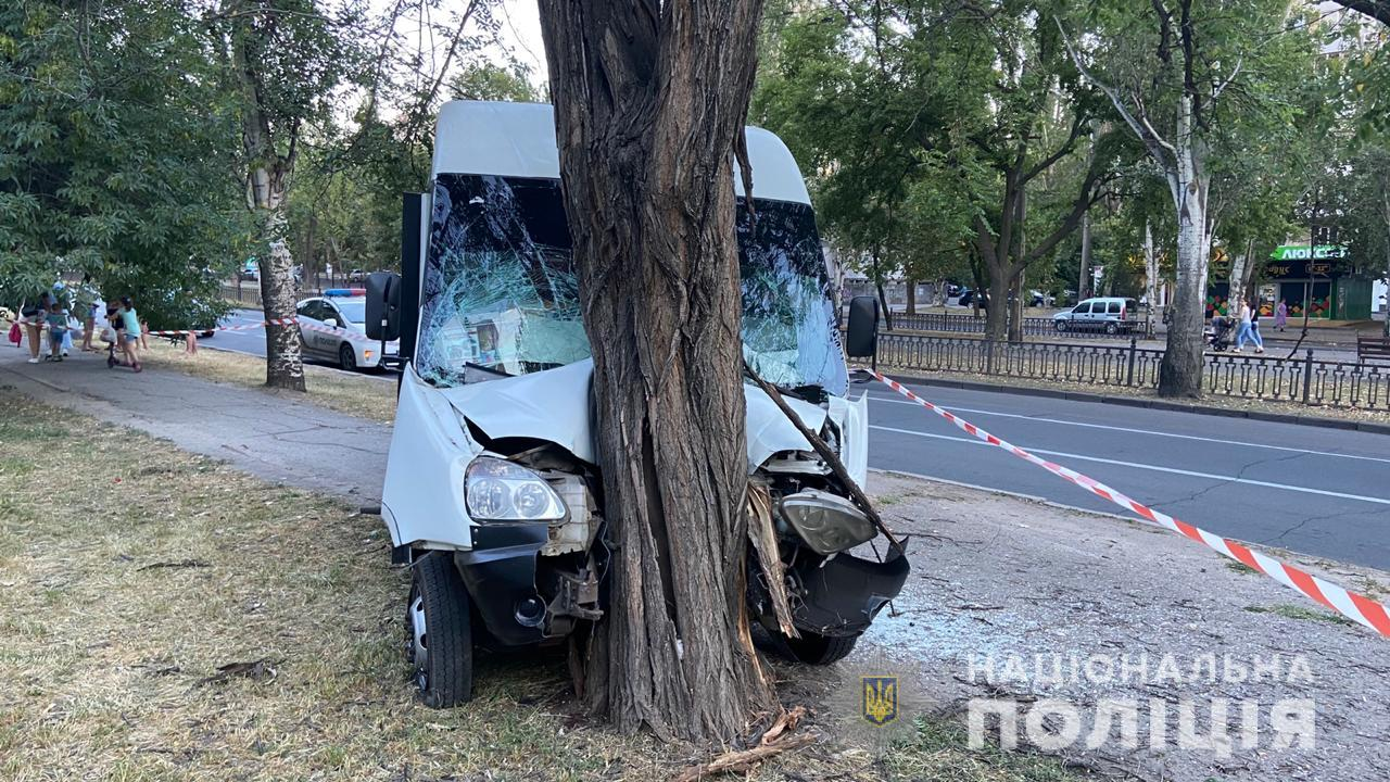 В Николаеве маршрутка влетела в дерево, 9 человек пострадали