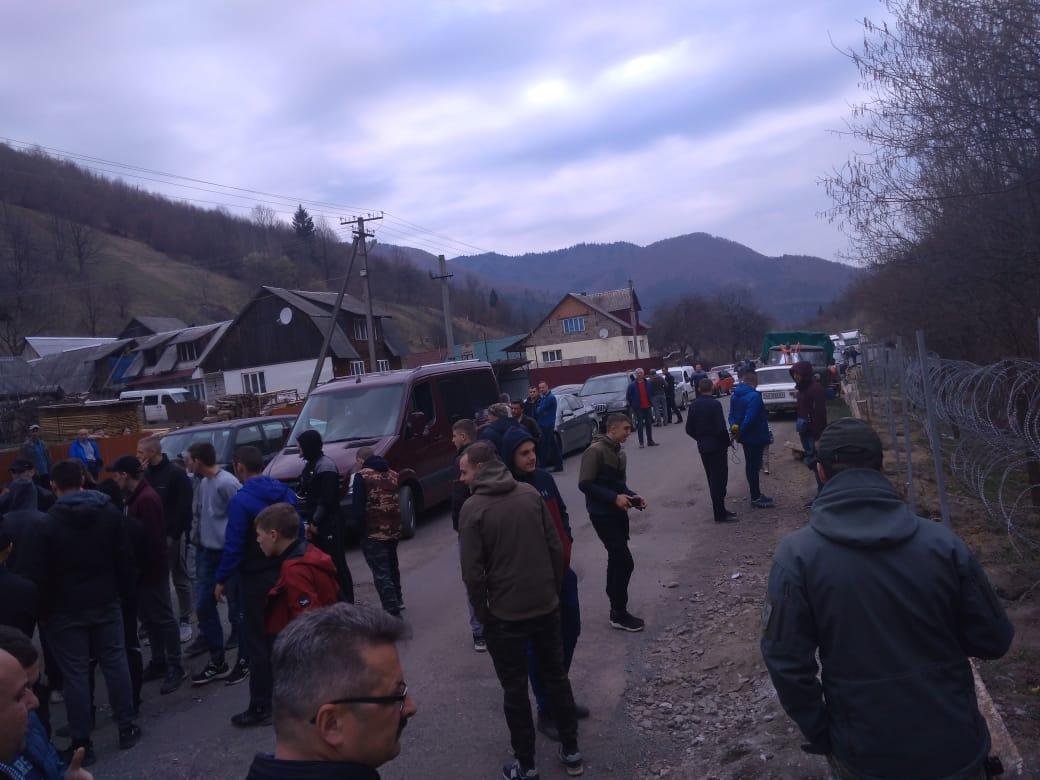 Жители Закарпатья мешают пограничникам строить забор и перекрыли дорогу