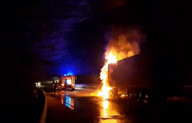 На Закарпатье прямо во время движения загорелся грузовик