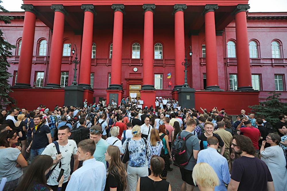 Университет Шевченко, красный корпус, студенты, Киев, фото