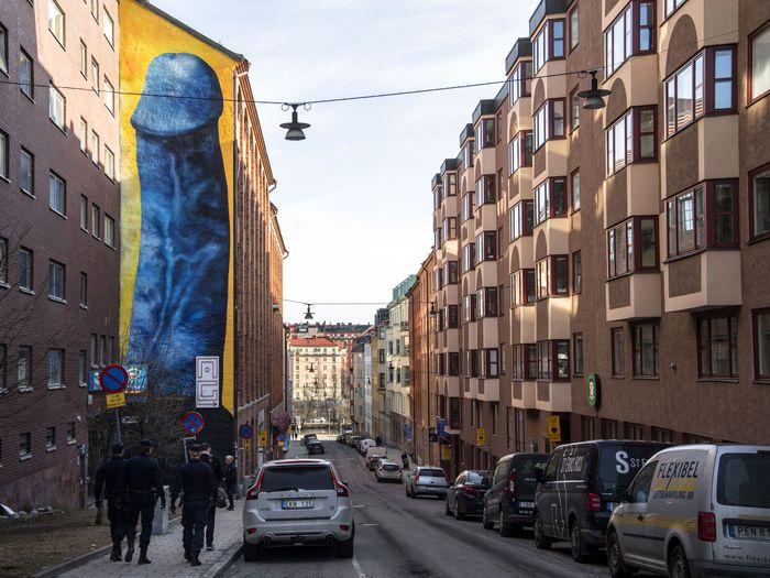 В Стокгольме на стене дома нарисовали гигантский синий пенис