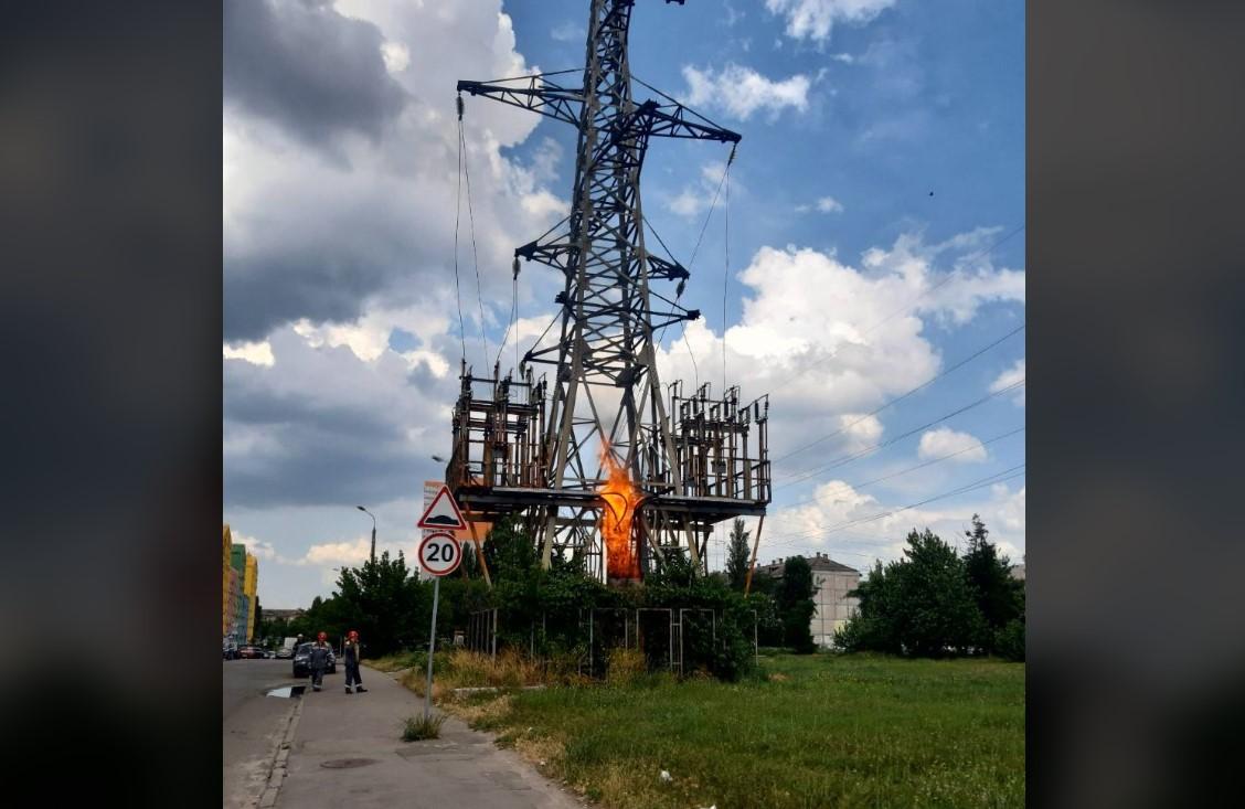В Киеве из-за пожара на ЛЭП без света оказались ЖК и несколько улиц