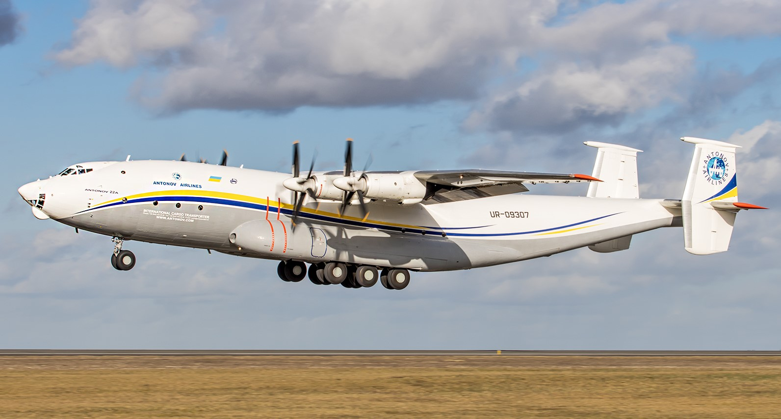 Украинский Ан-22 доставил до 60 тонн груза в Баку для иностранного заказ...