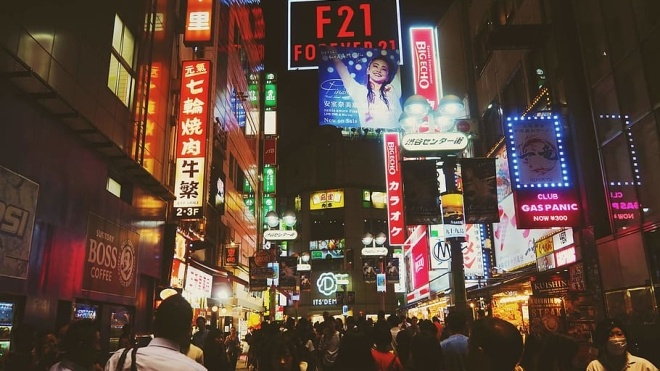 Избегайте глубоких поцелуев! В Японии установили новые правила для посет...