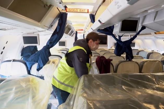 В МАУ показали, как переделали пассажирские самолеты под доставку медици...