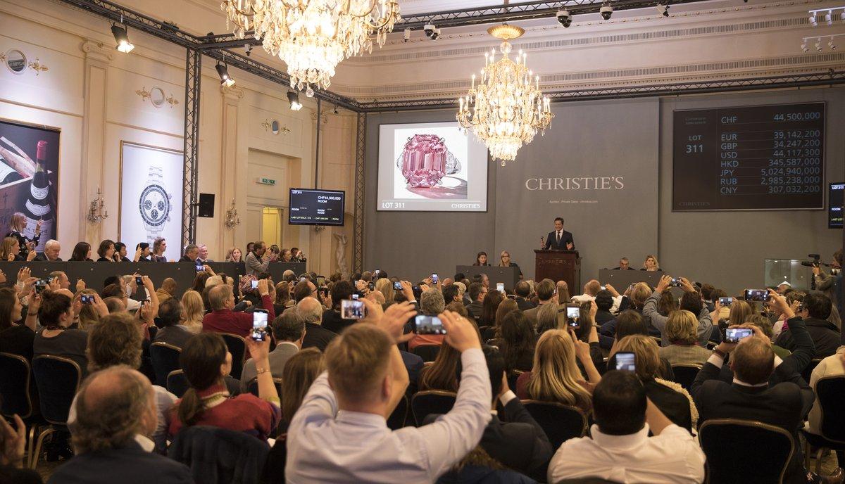 На аукционе в Женеве за 50 миллионов долларов продали огромный розовый б...