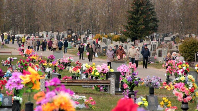 Запрета на посещение кладбищ в поминальные дни нет, – глава Нацполиции