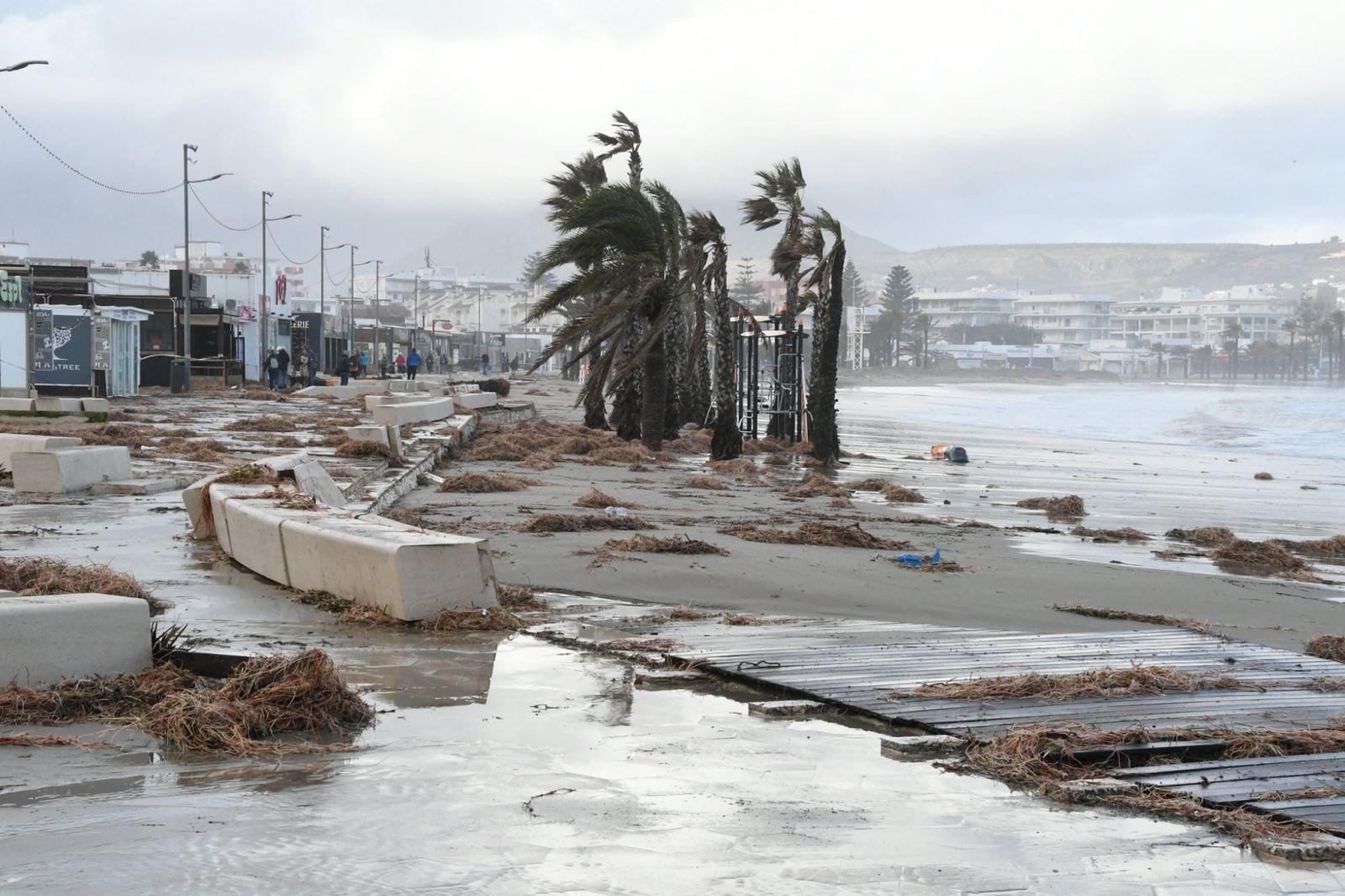 """Огромные волны и сильный ветер: на Испанию обрушился шторм """"Глория"""""""