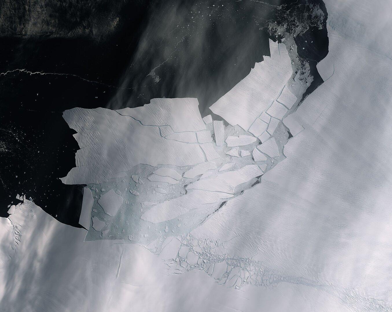 Больше Одессы. От ледника острова Пайн-Айленд откололся айсберг в 300 кв...