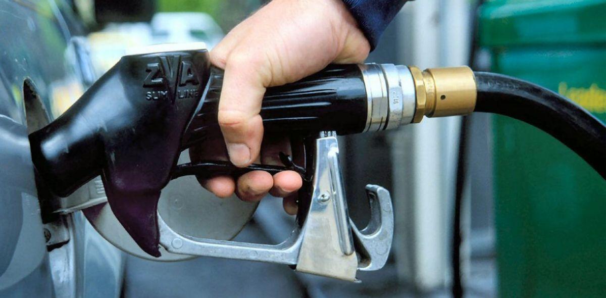 Крупные сети АЗС снизили цены на топливо после встречи с Зеленским