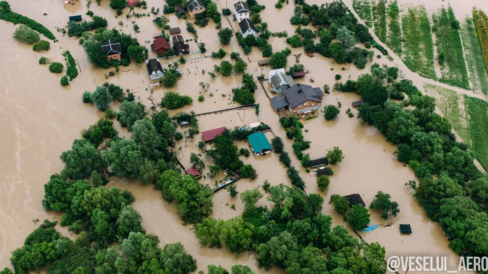 Эвакуированных из затопленного села в Карпатах селят в отелях за свой сч...