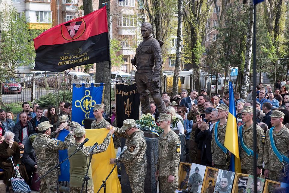 В Киеве открыли памятник погибшему на Донбассе добровольцу