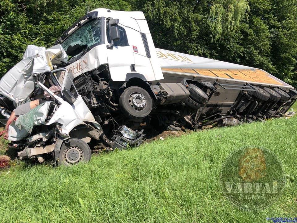 Возле Львова грузовик Roshen врезался в микроавтобус, есть жертвы