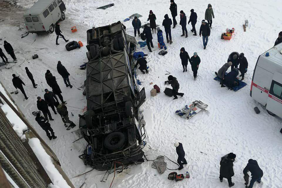 В России в обледеневшую реку упал автобус: погибли по меньшей мере 20 че...