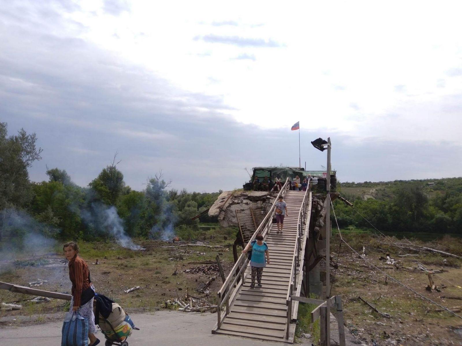 Оккупанты продолжают саботировать восстановление моста в Станице Луганск...