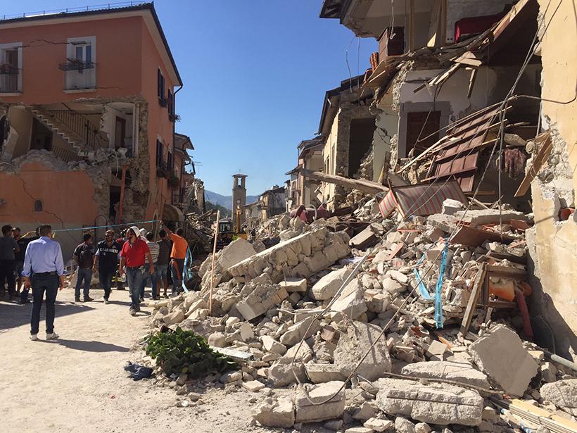 Повторные подземные толчки в Италии затруднили доступ спасателей к постр...