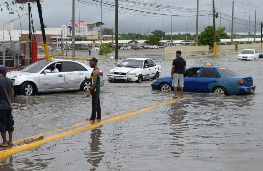 Ураган Исаиас оставил сотни тысяч людей без света в Пуэрто-Рико и движет...
