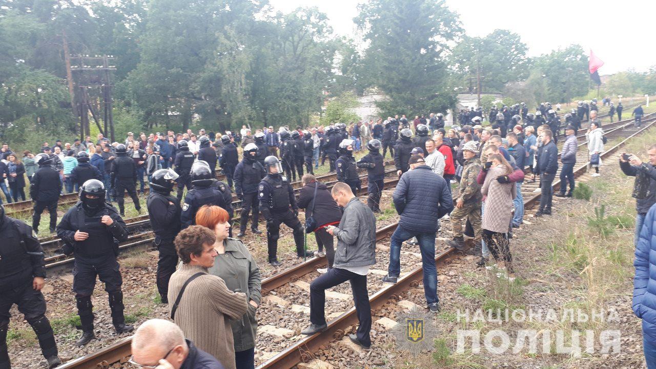 Во Львовской области полиция задержала 28 активистов, которые блокировал...