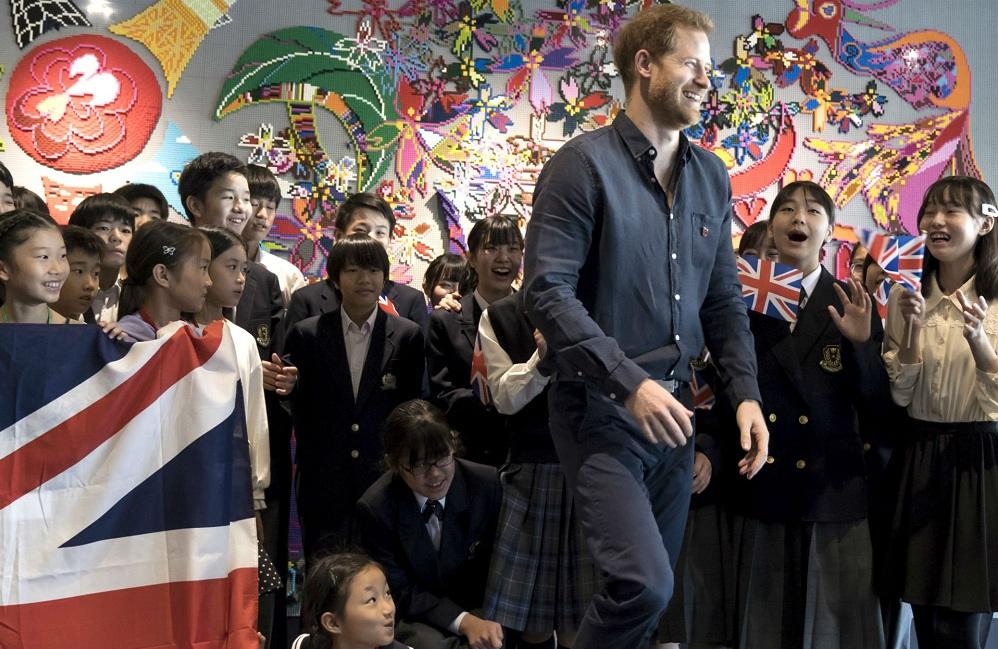 Принцу Гарри в Японии пришлось спасаться бегством от поклонниц, которые...