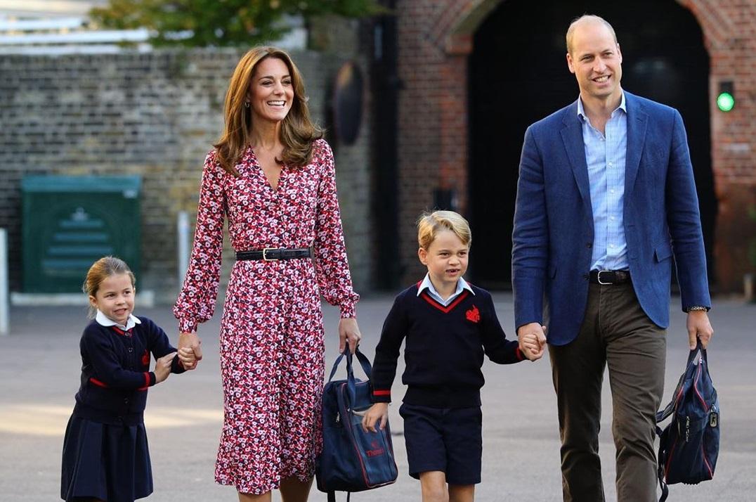 Была очень взволнована: британская принцесса Шарлотта первый раз пошла в...