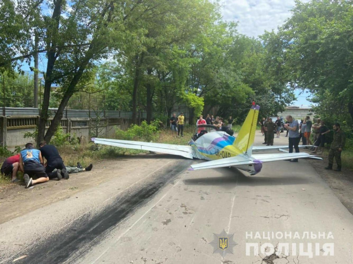 Возле одесского аэропорта упал легкомоторный самолет: пилоты погибли (об...