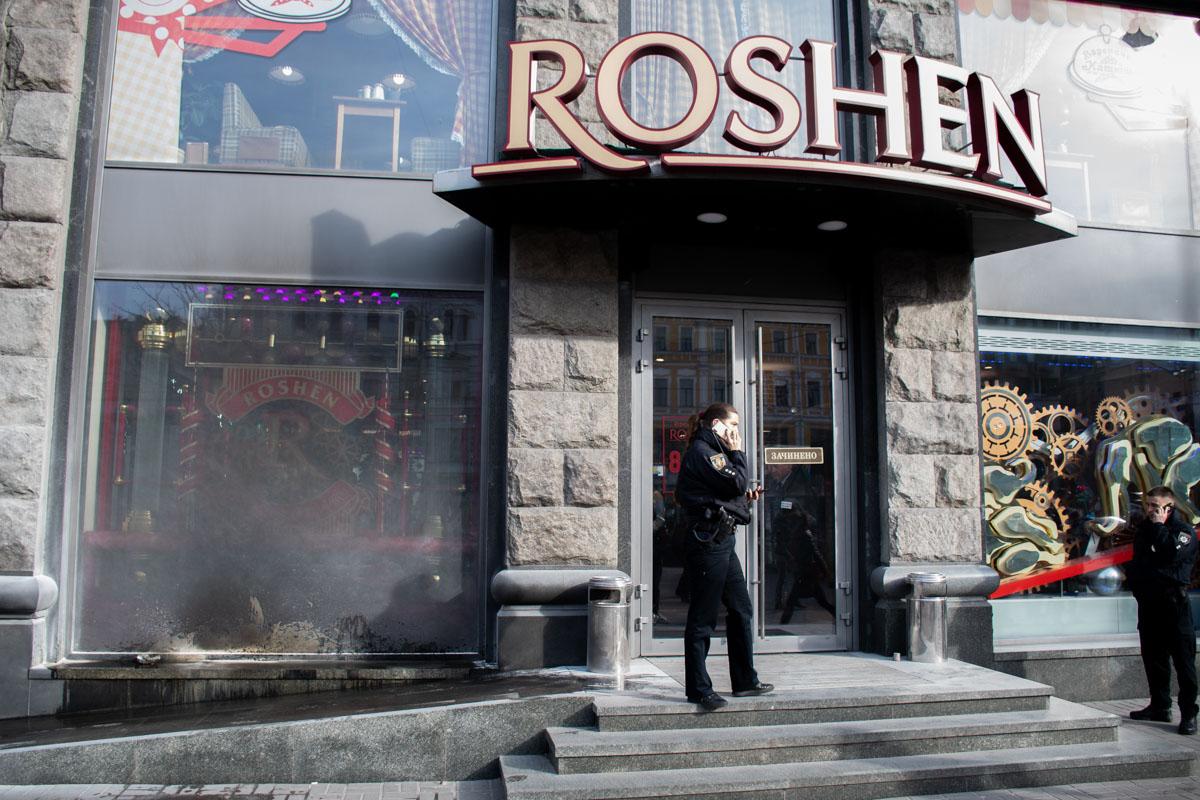 В Киеве на Крещатике подожгли магазин Roshen (обновлено)