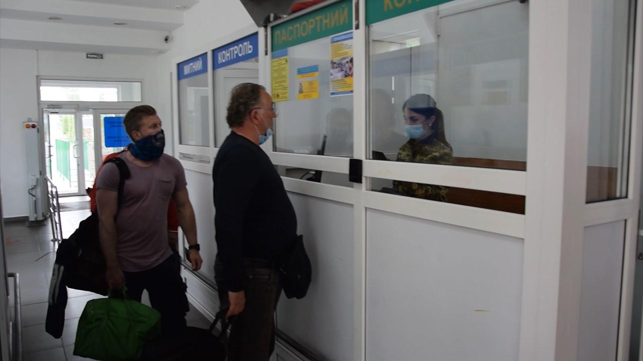 Сотни людей стоят на границе по 10 часов, чтобы попасть в Польшу