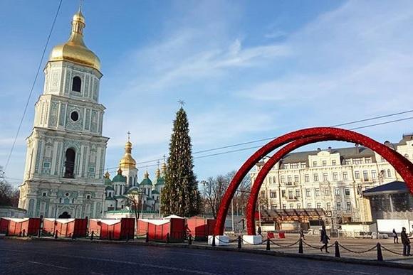 В центре Киева установили 30-метровую елку