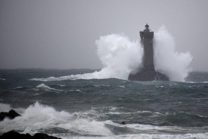 """Во Франции """"Амели"""" отключает электроэнергию и блокирует дороги"""