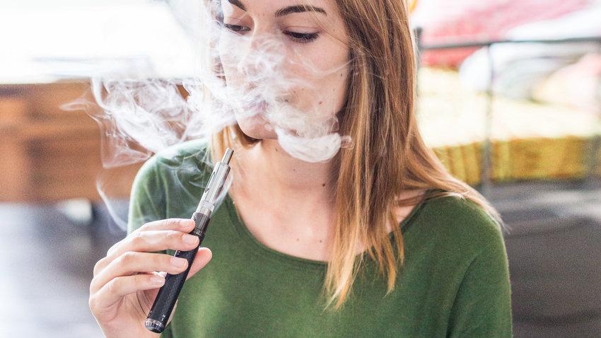 Кабмин приравнял электронные сигареты к обычным